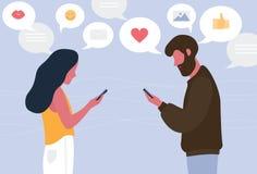 聊天在网上在他们的智能手机的男人和妇女 互相传送信息的年轻夫妇 互联网的概念或 库存例证