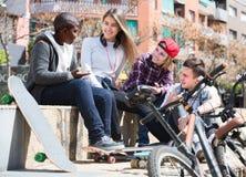 聊天在自行车附近的十几岁 图库摄影