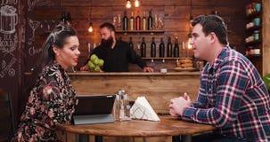 聊天在葡萄酒土气客栈或咖啡馆的美好的夫妇 股票视频