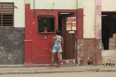 聊天在streetside商店柜台哈瓦那的两名妇女 图库摄影