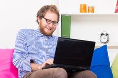 聊天用计算机的快乐的人 免版税库存照片