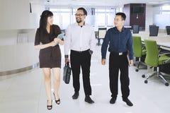 聊天的买卖人,当走在办公室时 图库摄影