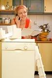聊天的厨房妇女 免版税图库摄影