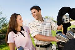 聊天的夫妇高尔夫球运动员 免版税库存图片