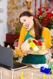 聊天的女推销员 免版税图库摄影