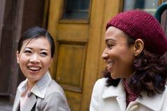 聊天的妇女 免版税图库摄影