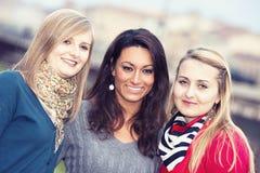 聊天的室外三名妇女 免版税图库摄影