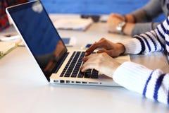 年轻职业妇女与计算机一起使用 免版税库存照片