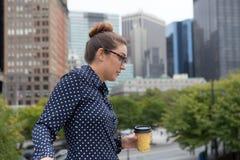 年轻职业妇女在困厄的城市 免版税库存照片