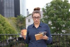 年轻职业妇女在城市在城市,充分手 免版税库存照片