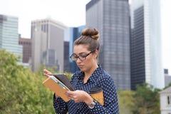 年轻职业妇女在城市在城市,充分手 免版税库存图片
