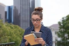 年轻职业妇女在城市在城市,充分手 免版税图库摄影
