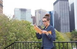 年轻职业妇女在城市在城市,充分手 库存图片