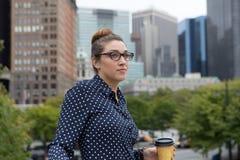 年轻职业妇女在天休假的城市 免版税库存照片