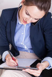 职业妇女在电话谈话 库存照片