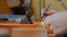 职业妇女装饰员油漆为工作做准备 股票录像