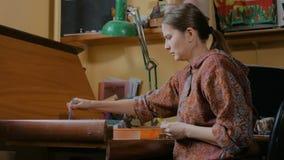 职业妇女装饰员油漆为工作做准备 股票视频
