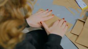 职业妇女装饰员,设计师与牛皮纸一起使用 影视素材