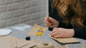 职业妇女装饰员,设计师与牛皮纸一起使用 股票视频