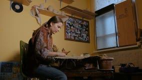 职业妇女陶瓷工黏土为工作做准备 股票录像
