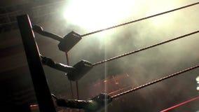 职业摔跤圆环系住剪影,与剧烈的照明设备的升 影视素材