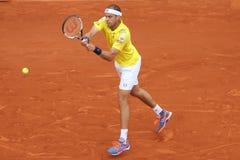 职业网球球员卢森堡的吉勒斯研磨器行动的在他的在罗兰・加洛斯的第二次回合比赛期间 库存图片