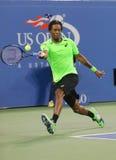 职业网球球员在四分之一决赛比赛期间的Gael Monfis反对十七次全垒打冠军罗杰・费德勒 免版税库存图片