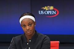 职业网球球员在新闻招待会期间的斯龙斯蒂芬斯在她的在半决赛的胜利以后在美国公开赛2017年 免版税库存图片
