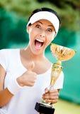职业网球球员夺得了杯 库存照片