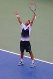 职业网球球员从克罗地亚的马林Cilic在美国公开赛2014年半决赛以后庆祝胜利反对罗杰・费德勒 图库摄影