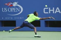 职业网球球员Gael Monfis为美国公开赛实践2014年在比利・简・金国家网球中心 图库摄影