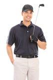 年轻职业高尔夫球运动员摆在 免版税库存照片