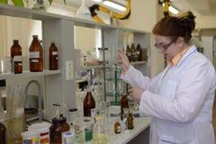 职员在实验室 免版税图库摄影