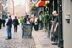 职员在寺庙酒吧,都伯林,爱尔兰的门前面站立 2015年 09 30 免版税图库摄影