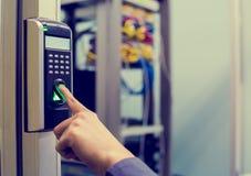 职员增加有手指扫描的电子控制机器访问控制室或数据中心的门 数据的概念 库存图片