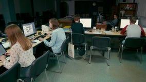 职员设计师在办公室工作在共同的书桌上的计算机 影视素材