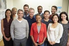 职员画象在现代不同种族的办公室 免版税库存照片