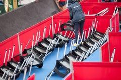 职员翻转椅子在网球场戴维斯杯的,贝尔格莱德,塞尔维亚2016年7月16日的雨期间 库存图片