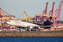 联合包裹服务公司麦克当诺道格拉斯公司MD-11货物在悉尼机场的航行器着陆 免版税库存照片