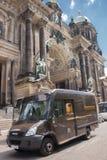联合包裹服务公司(UPS)在街道上的送货车 免版税库存照片