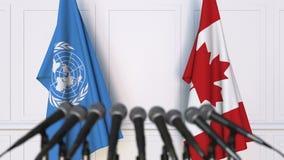 联合国和加拿大的旗子在国际会议或交涉新闻招待会 股票视频