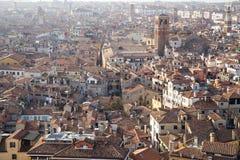 联合国科教文组织世界遗产名录站点与房子屋顶的威尼斯都市风景鸟瞰图  库存图片