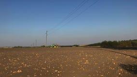 联合收割机农田在晴朗的秋天天 股票录像