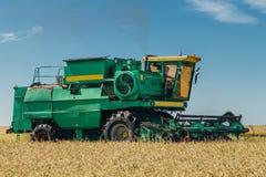 联合收割机在领域的机器收割麦子晴天 图库摄影