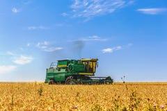 联合收割机在麦子运转 图库摄影