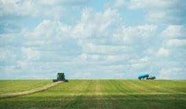 联合收割机运转在麦子庄稼的,全景 免版税库存图片
