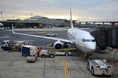 联合航空波音757在纽瓦克机场 库存图片
