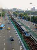 联合运输系统:有火车线的高速公路在中心 免版税库存图片
