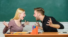 联系同学 学生传达教室黑板背景 暴力和胁迫 o 库存图片