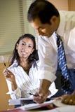 联系女性的经理注意办公室作为工作&# 库存图片